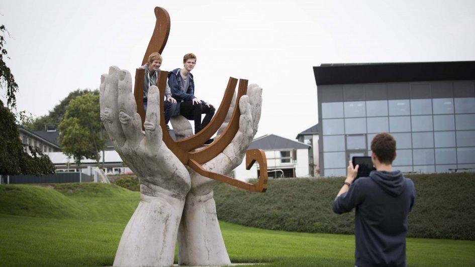 Skulpturen foran FAAE